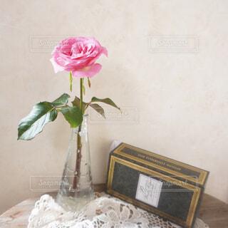 一輪のバラと素敵な箱の写真・画像素材[4348710]