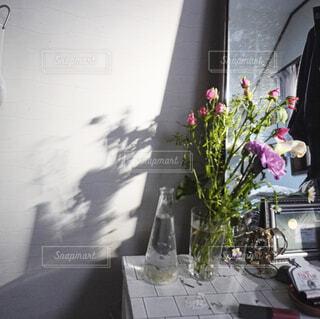 母から譲られた鏡と夕暮れの光の写真・画像素材[4364287]