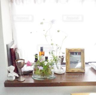 窓辺にお花とお気に入りの雑貨をの写真・画像素材[4370688]