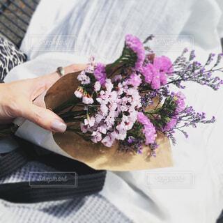 お疲れぎみの自分にピンクの花束をの写真・画像素材[4401412]
