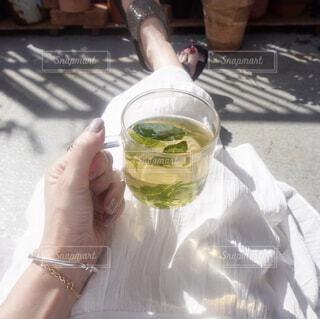 日光浴しながらテラスで自家製ハーブティーの写真・画像素材[4442456]
