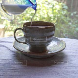 庭を眺めながらコーヒータイムの写真・画像素材[4446165]