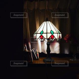 ステンドグラスのライトでおやすみなさいの写真・画像素材[4451351]