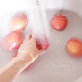 りんごをシンクで水洗いの写真・画像素材[4553312]
