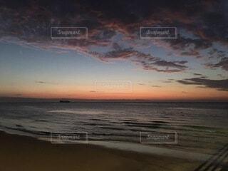 ビーチに沈む夕日の写真・画像素材[3998184]