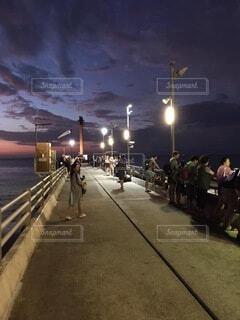 道路の脇を歩いている人々のグループの写真・画像素材[3998181]