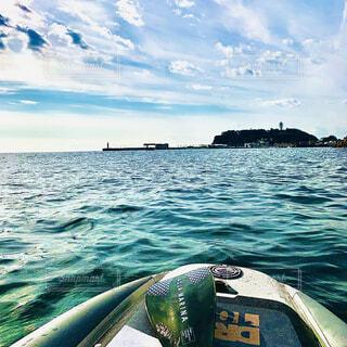 sup fishingで鎌倉高校沖から見た江の島の写真・画像素材[4025675]