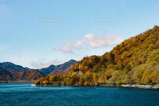 背景の山と水の大きな体の写真・画像素材[1438548]