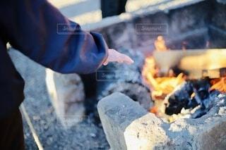 初詣の老人の暖を取る手の写真・画像素材[4036454]