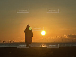 風景,海,空,夕日,屋外,太陽,朝日,ビーチ,雲,夕暮れ,水面,シルエット,オレンジ,日没,朝焼け,人,立つ,正月,お正月,黄昏,日の出,新年,初日の出