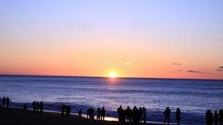 自然,風景,海,空,夕日,夜,夜空,屋外,湖,太陽,朝日,星空,ビーチ,雲,夕焼け,夕暮れ,海岸,星,人,正月,お正月,日の出,新年,初日の出,人影,日中,ライン,天文学