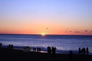 自然,風景,海,空,夕日,夜空,屋外,湖,太陽,朝日,星空,ビーチ,雲,夕焼け,夕暮れ,海岸,人,正月,お正月,日の出,新年,初日の出,人影,日中