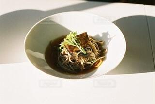 皿の上に食べ物のボウルの写真・画像素材[4016908]