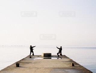 空,屋外,朝日,ビーチ,堤防,水面,アート,海岸,人,正月,お正月,日の出,直島,新年,初日の出,魔法,瀬戸内,映え