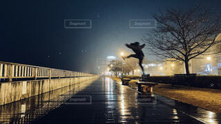 夜空ジャンプの写真・画像素材[4169729]
