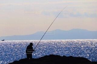 海,空,スポーツ,屋外,夕焼け,水面,海岸,シルエット,釣り,漁師,日中,リール,釣り竿,磯釣り,キャスティング,ジギング,遊漁