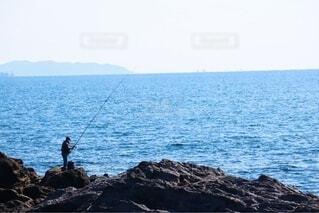 男性,海,空,スポーツ,屋外,湖,ビーチ,島,水面,海岸,山,岩,釣り,漁師,釣り竿,遊漁