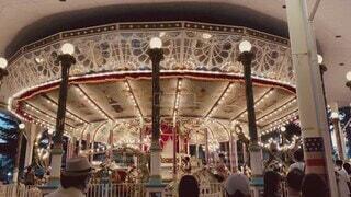 女性,男性,風景,乗り物,屋外,電球,イルミネーション,遊園地,人物,人,メリーゴーランド,馬,回転木馬,アトラクション,遊び場,カルーセル