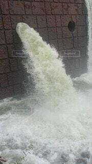 自然,風景,屋外,水,波,水面,景色,滝,トラック,フェンス,煙,ダム,蒸気,放流
