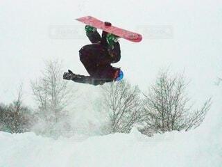 冬,雪,屋外,サーフィン,ジャンプ,運動,ウィンタースポーツ,エクストリームスポーツ,トリック,スノーボーダー,スケート ボード,ボードスポーツ,スケートボーダー,スロープスタイル,スノーボード ボード グラブ