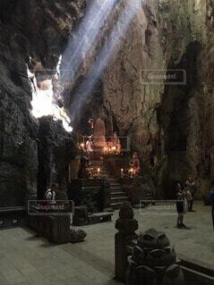 洞窟の中の光と影の写真・画像素材[4415158]