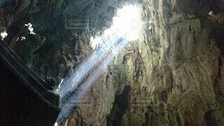 後光がさしている洞窟の写真・画像素材[4415160]