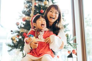 ママと可愛いサンタクロースの写真・画像素材[4011251]