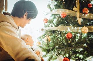 クリスマスツリーを眺める親子の写真・画像素材[4015252]