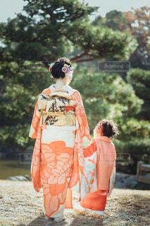 晴れ着を着た成人女性と七五三の女の子の写真・画像素材[4051970]
