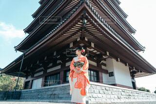 建物の前に立っている振袖を着た女性の写真・画像素材[4052222]