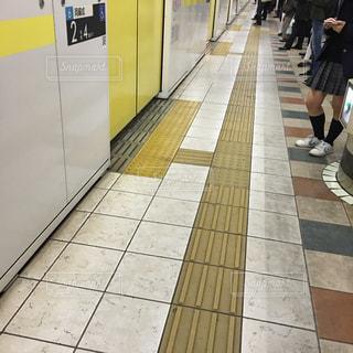 スマホ,人物,地下鉄,ホーム,スマホいじり,女学生