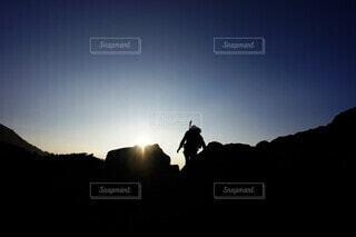 男性,空,太陽,朝日,山,シルエット,登山,日の出,日