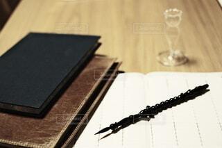 テーブルの上のスケジュール帳とガラスペンの写真・画像素材[4048828]