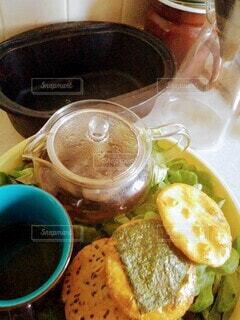 食べ物,カフェ,屋内,せんべい,リラックス,カップ,レタス,おうちカフェ,ドリンク,おうち,ライフスタイル,麦茶,おうち時間