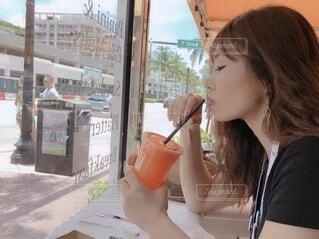 ドリンクを飲む女性の横顔の写真・画像素材[4109788]