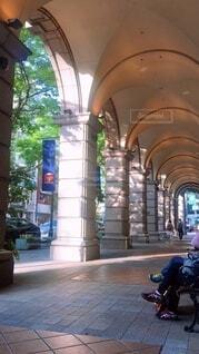 建物,木,散歩,ベンチ,日差し,街,光,都会,休憩,道,アーケード,歩道,街中,日陰,日向,デパート,休憩中,ウィンドウショッピング