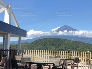 カフェ,空,建物,富士山,屋外,雲,晴れ,青空,ベンチ,山,デッキ,椅子,テーブル,木目,ポーチ,見晴らし,眺め