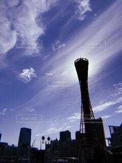 空,建物,屋外,雲,都市,景色,シルエット,タワー,都会,高層ビル,神戸,ポートタワー,くもり,メリケンパーク,神戸港,日中,海洋博物館