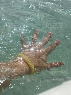 女性,海,海水浴,ネイル,屋外,舟,サーフィン,ボート,水,透明,手,水面,日光,反射,泳ぐ,キラキラ,グアム,マリンスポーツ,マニキュア,ゴム