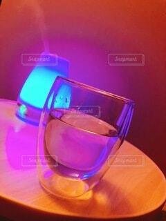飲み物,屋内,赤,青,水,紫,ライト,ガラス,テーブル,コップ,ランプ,ライトアップ,グラス,カップ,湯気,カクテル,ドリンク,アロマ,ワイングラス,加湿器,スチーム,アロマディフューザー,ソフトド リンク,耐熱,アロマデュフューザー,ダブルウォールグラス,卓上加湿器,二重壁,二重構造