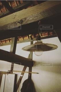 屋内,木,家,古い,ランプ,建築,昔,木造,木造建築,家屋,梁,豆電球,ランプシェード,昔の人