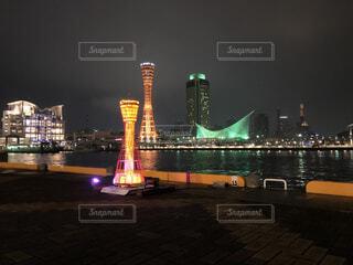 空,建物,夜,夜景,夜空,屋外,水面,都市,景色,タワー,都会,ライトアップ,高層ビル,神戸,ポートタワー,明るい,メリケンパーク,神戸港,海洋博物館