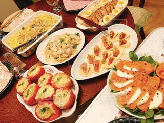 食べ物でいっぱいのテーブルの写真・画像素材[4331199]