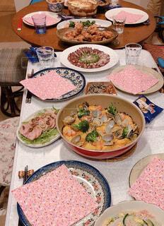 食べ物でいっぱいのテーブルの写真・画像素材[4331192]