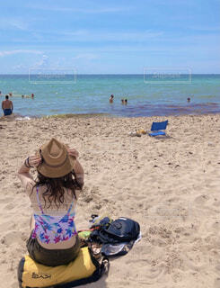 ビーチに座る女性の写真・画像素材[4378550]