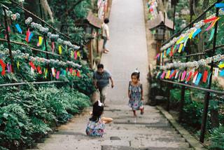 風鈴と姉妹の写真・画像素材[716930]