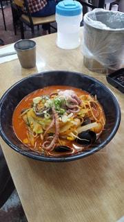 テーブルの上に食べ物のボウルの写真・画像素材[874741]