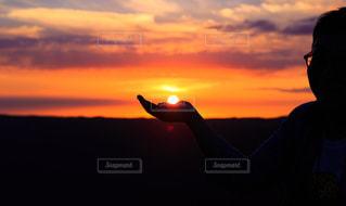 日没の前に立っている男の写真・画像素材[959248]