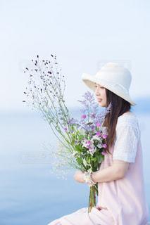 花の前に立っている女性の写真・画像素材[1268841]