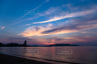 水の体に沈む夕日の写真・画像素材[1291045]